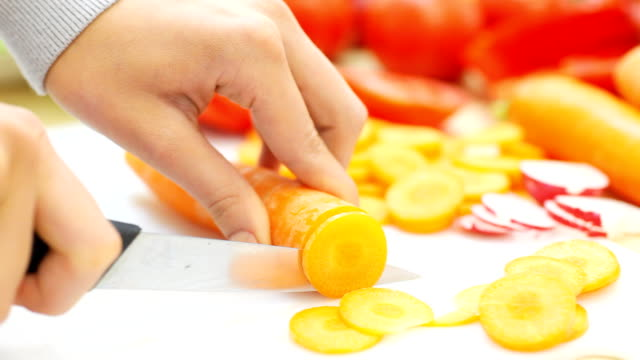 女性の手カティング野菜ます。 - ジェンダー・ステレオタイプ点の映像素材/bロール