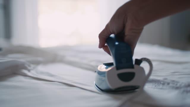 シャツにアイロンをかけるslo mo女性の手 - アイロン点の映像素材/bロール