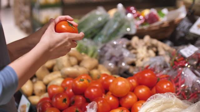 vídeos de stock, filmes e b-roll de as mãos da mulher tomam uma fruta no fim do supermercado acima - frescura
