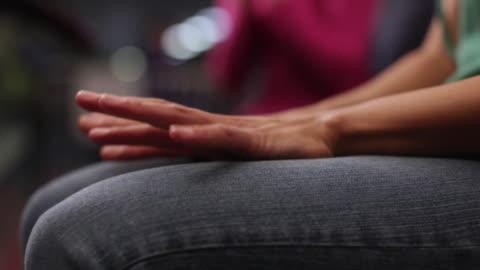 vídeos y material grabado en eventos de stock de cu selective focus woman's hands tapping her fingers nervously at bowling alley / dover, new hampshire, usa - preocupado