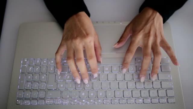 Frau Hände mit Laptop im Büro