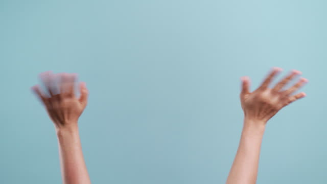 frauenhände, die die hand auf kopierraum gestikulieren und gebärdierende gebärdensprache isoliert über blauem hintergrund - konzepte und themen stock-videos und b-roll-filmmaterial