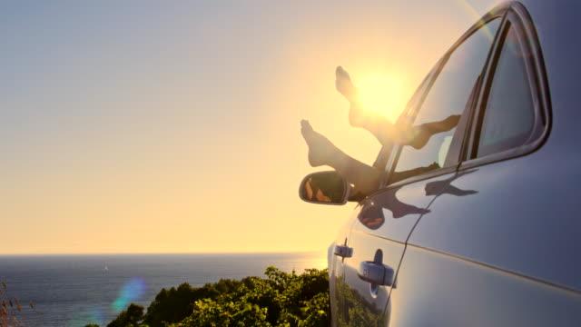 WS DS Frau Beine im Wind baumelnden Sie ein Auto