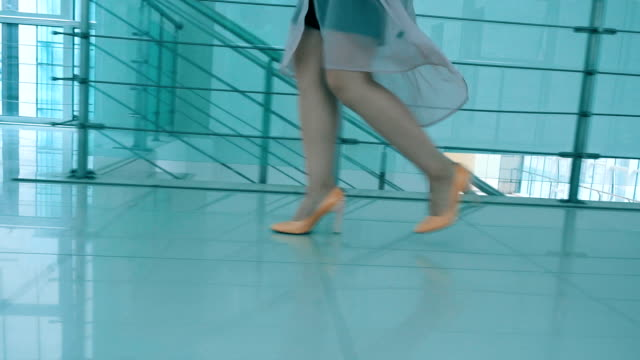 vidéos et rushes de jambes de femme en hauts talons marche - pin up