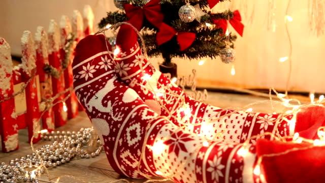 Mulher pernas em meias pelo inverno sazonal de Decoração de Natal