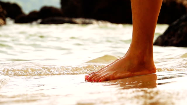 slo mo woman's legs on the beach - mare adriatico video stock e b–roll