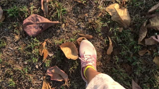 vidéos et rushes de jambes de femme marche et de course en forêt - parc naturel