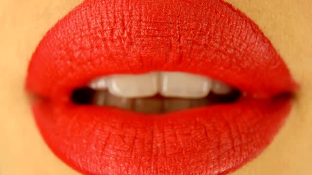 赤い口紅とキスジェスチャーで女性の唇 - 口紅点の映像素材/bロール