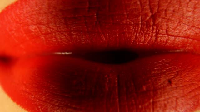 vidéos et rushes de lèvres de femme avec le rouge à lèvres rouge - rouge à lèvres rouge