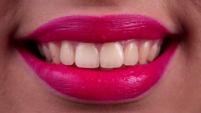 女性の口の微笑 - 歯を見せて笑う点の映像素材/bロール