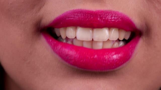 vídeos de stock, filmes e b-roll de fala da boca da mulher - discurso