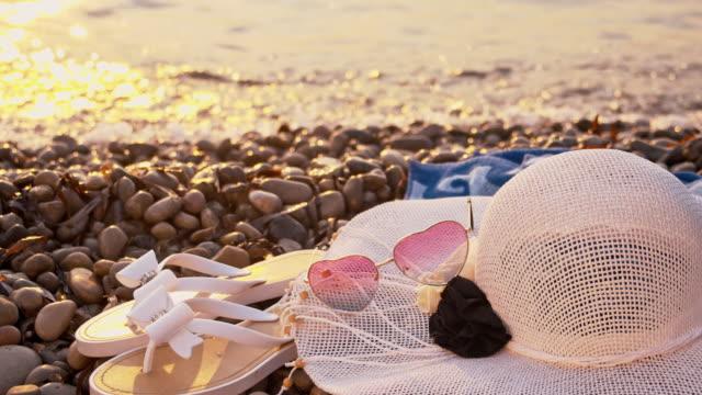 vídeos de stock, filmes e b-roll de slo mo cu mulheres acessórios para a praia - toalha de praia