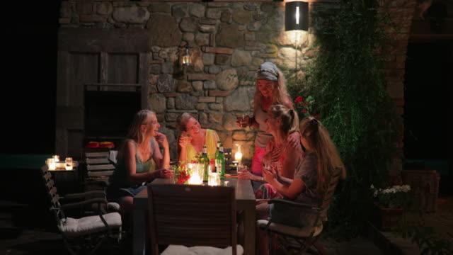 vídeos de stock, filmes e b-roll de mulheres ao ar livre de jantar ao entardecer - despedida de solteira