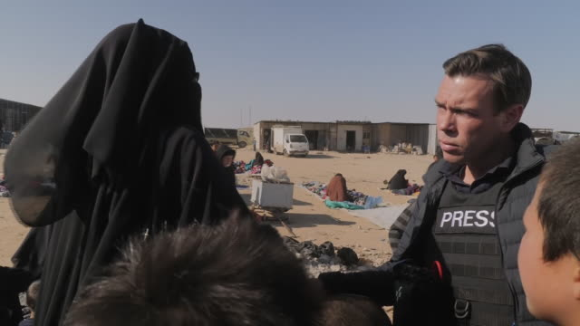 women and children living in an isis refugee camp where the hateful ideology is flourishing. shows: children and women in the isis refugee camp on 10... - militante gruppe stock-videos und b-roll-filmmaterial