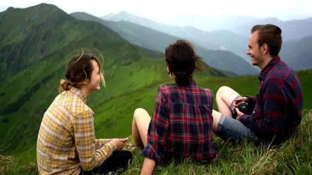 vídeos y material grabado en eventos de stock de mujeres y hombre en las montañas - contraste alto