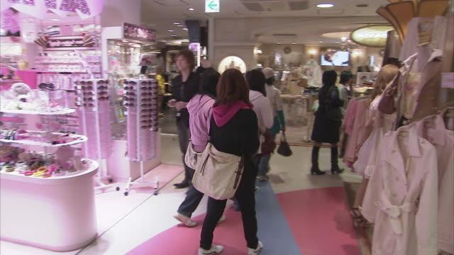 ws women and teens shopping in shibuya 109, tokyo, japan - 百貨店点の映像素材/bロール