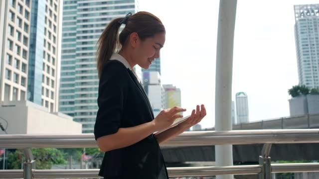 女性はタッピングを勉強しようとしている。何が働いているか - 製図板点の映像素材/bロール