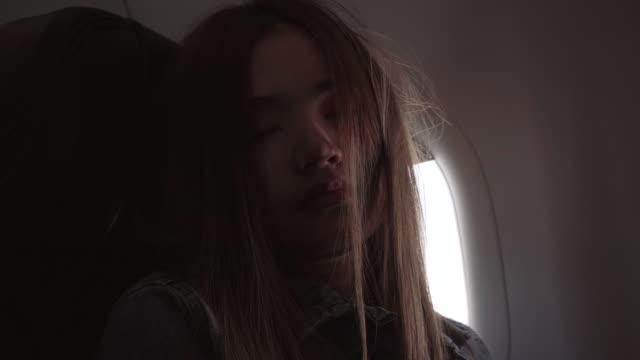 vídeos de stock e filmes b-roll de women are sleeping on the plane. - confortável