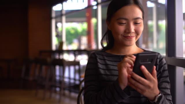 frauen sind auf smart phone notizen - gedächtnisstütze stock-videos und b-roll-filmmaterial