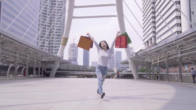 vídeos de stock, filmes e b-roll de as mulheres são muito felizes depois de fazer compras. - em êxtase