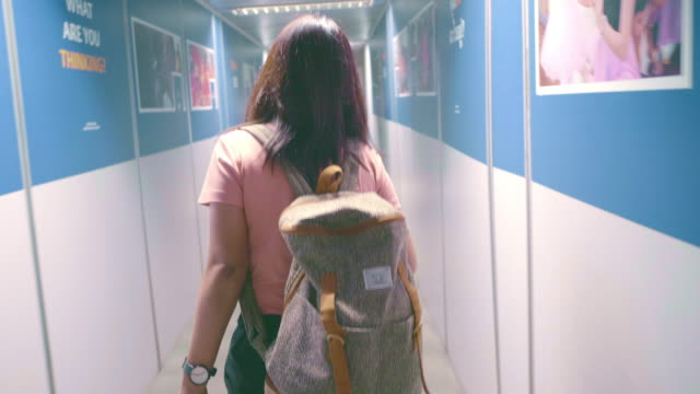 空港に到着する女性 - バックパック点の映像素材/bロール