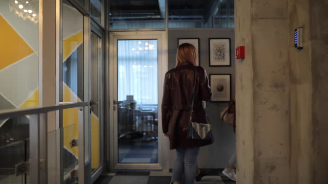 vídeos de stock, filmes e b-roll de mulheres que chegam junto na empresa moderna - steps and staircases
