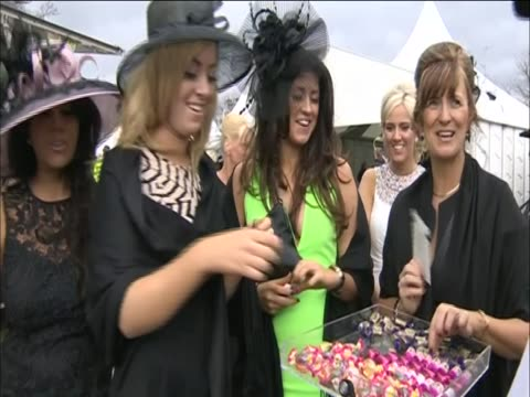 vídeos y material grabado en eventos de stock de women at ladies day at aintree - tocado accesorio de cabeza