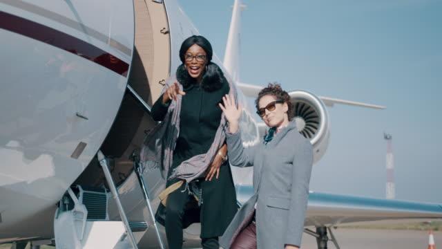 vídeos de stock, filmes e b-roll de mulheres no aeroporto - primeira classe