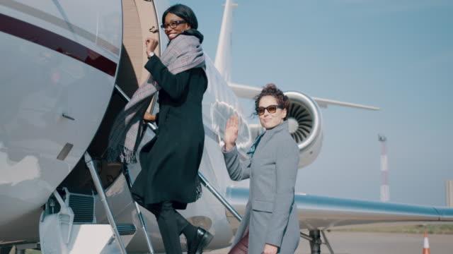 vídeos y material grabado en eventos de stock de mujeres en el aeropuerto - entrando