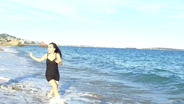 Frauen am Strand. Zeitlupe
