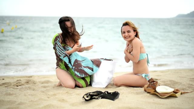 frauen am strand. - handtuch stock-videos und b-roll-filmmaterial