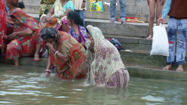 MS ZO Women bathing in Ganges / Varanasi, Uttar Pradesh, India