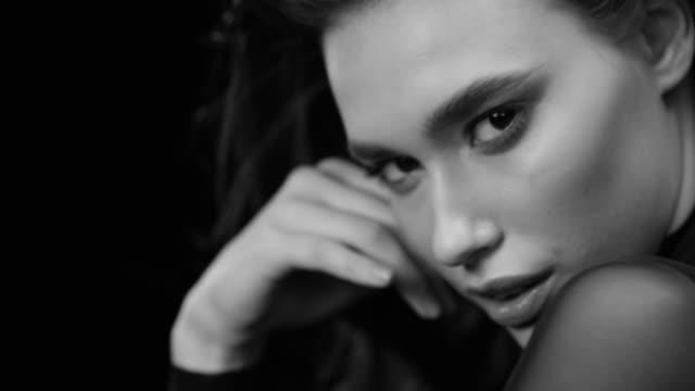 frauen, schönheit, mode-modell, menschliches gesicht. & schwarz mode video. - werbung stock-videos und b-roll-filmmaterial