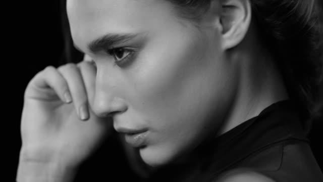 vídeos y material grabado en eventos de stock de mujeres, belleza, modelo, rostro humano. moda blanco y negro video. - monocromo imagen virada