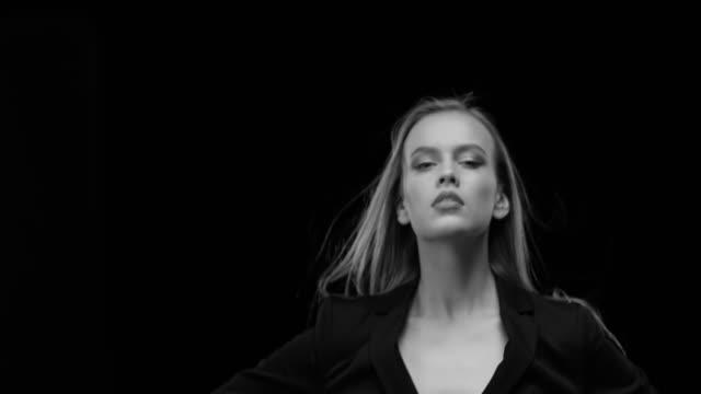 vídeos y material grabado en eventos de stock de mujeres, belleza, modelo, rostro humano. moda blanco y negro video. - cabello largo