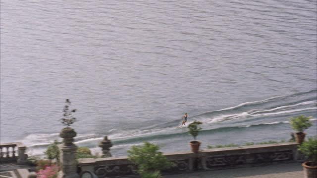 stockvideo's en b-roll-footage met ms pan women boat surfing  - vrouwelijke gestalte