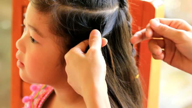 vídeos de stock e filmes b-roll de cu/women braid hairstyle in beauty salon - reflexo cabelo pintado