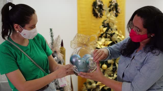 frauen kaufen weihnachtsschmuck mit schutzmaske - 35 39 years stock-videos und b-roll-filmmaterial