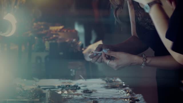 vídeos de stock, filmes e b-roll de mulher comprar joias - joia