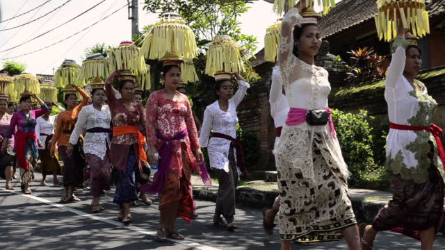 vídeos y material grabado en eventos de stock de ms women carry offerings on her head in procession / ubud, bali, indonesia - cultura indonesia