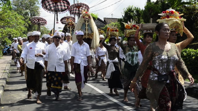 vidéos et rushes de ms pan women carrying offerings on her head and barong figure in procession / ubud, bali, indonesia - coiffe traditionnelle