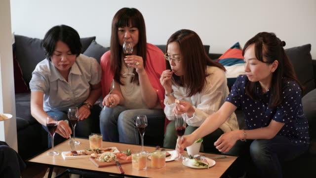 女性は、食事しながら雑談 - 談笑する点の映像素材/bロール