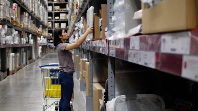 vídeos de stock, filmes e b-roll de as mulheres escolhem produtos na loja, câmera lenta - mercado espaço de venda no varejo