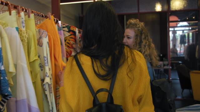 stockvideo's en b-roll-footage met women choosing clothing - kledingrek