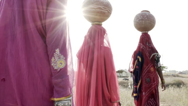 vidéos et rushes de women collecting clean water in rajasthani desert. - inde