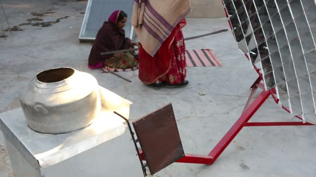 vídeos de stock e filmes b-roll de women constructing solar cookers at the barefoot college in tilonia, rajasthan, india. the barefoot college is a worldwide charity, founded by bunker... - trabalho de metal