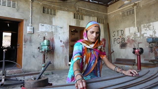 vidéos et rushes de women constructing solar cookers at the barefoot college in tilonia, rajasthan, india. - pieds nus