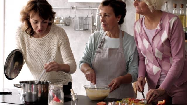 Frauen kochen gemeinsam in der Küche
