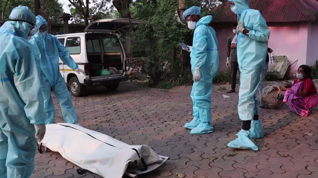 women cry as municipality workers with family members wearing ppe kit perform last rites for someone who died of the covid-19 coronavirus disease, at... - epidemic stock videos & royalty-free footage