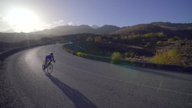 vídeos de stock e filmes b-roll de women cycling on bicycles, riding on road bikes in italy. - bicicleta de corrida